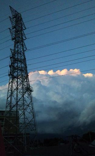都心に向かう雲の塊。どこかでまた降るのかな?