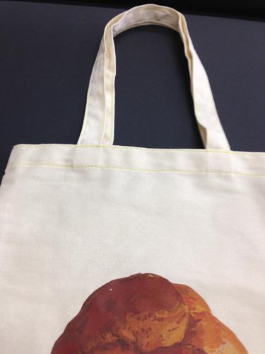 「シュークリームバッグ」の縫い糸は 『必然的にばらばらなものが生まれてくる』の はなぎれ、スピンに合わせたレモン色。 「豆腐バッグ」はシンプルに白糸で縫っています。