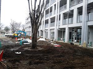 外構工事が進む4階建ての14号館と中庭予定地、南側から西向きに。3月10日。