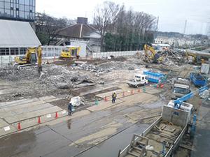 工房群取り壊し工事中、14号館から12号館・鷹の台ホールを望む。3月10日。