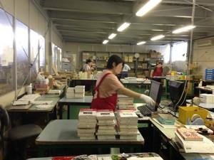 作業場で、ピッキングした本を検品していただいています。